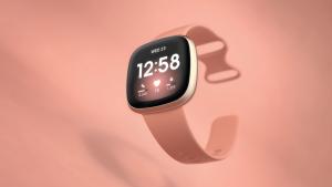 Fitbit Versa 3 review bekeken roze