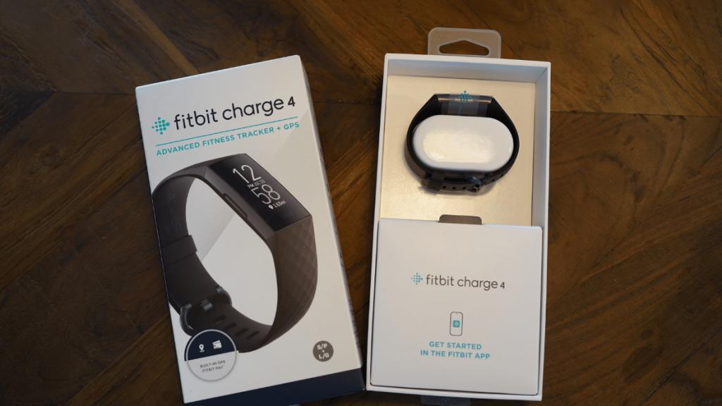 Uitpakken Fitbit Charge 4 activity tracker mijn mening