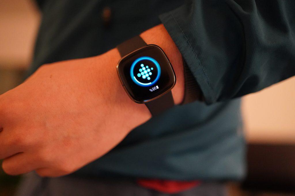 Brede polsen Fitbit Sense