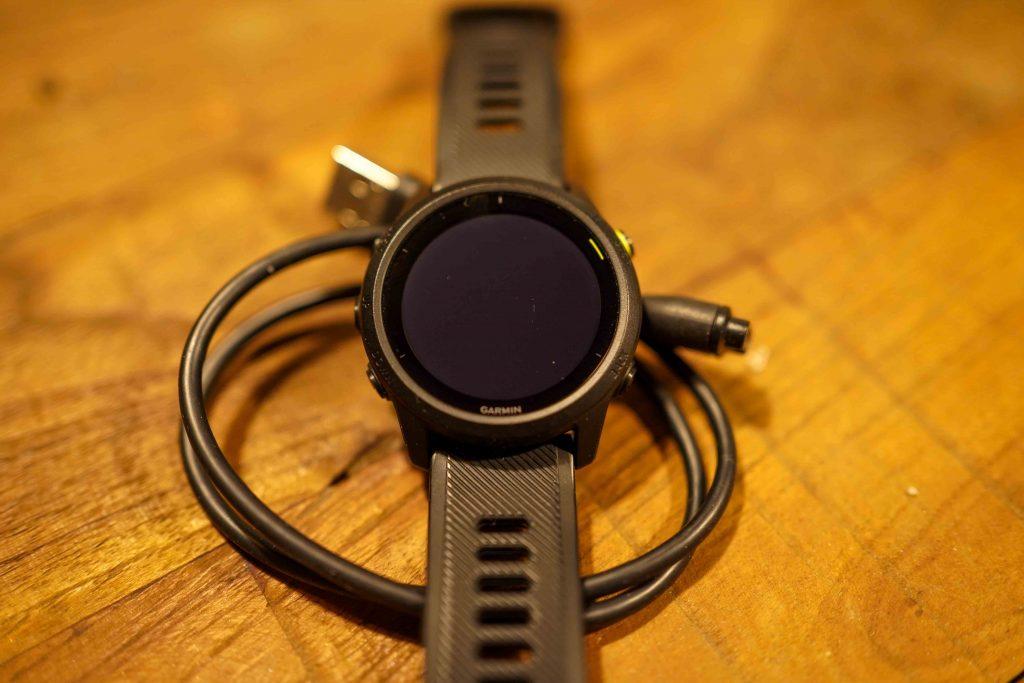 Garmin 745 review in het doosje uitpakken kabel